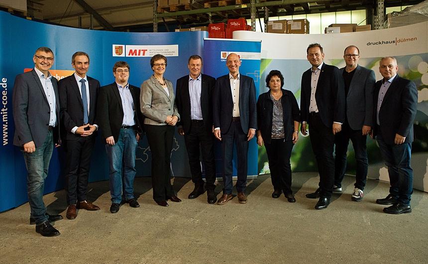 Der Münsterländer Europaabgeordnete Dr. Markus Pieper (5. v. l.) besuchte zusammen mit Vertretern von CDA, MIT und CDU das Druckhaus in Dülmen, darunter u. a. (v. l.): Wilhelm Korth MdL, Rainer Betz (Kreis-MIT), Jan Willimzig (Kreis-CDA), Helen und Ralf Swetlik (Druckhaus Dülmen), Monika Willimzig (Kreis-CDA), Dietmar Panske MdL, Markus Schmitz (CDU Dülmen) und Dietmar Hericks (CDA Dülmen). Foto: Dieter Voß