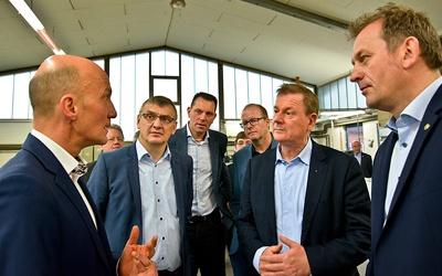 Der geschäftsführende Gesellschafter Ralf Swetlik (l.) führte die interessierten Besucher durch das Druckhaus Dülmen und stellte die Arbeitsweise seines Unternehmens vor. Foto: Druckhaus Dülmen